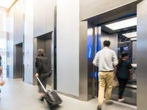 Ludzie chodzą w biurze za windami, Nowożytny stalowy elevat Obraz Royalty Free