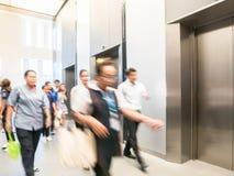 Ludzie chodzą w biurze za windami, Nowożytny stalowy elevat Fotografia Stock