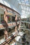 Ludzie chodzą w galeriach duży zakupy centrum handlowe Zdjęcie Stock