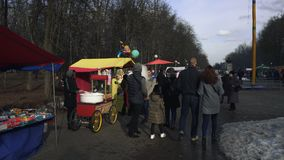 Ludzie chodzą w parku podczas Wschodniego Slawistycznego święta religijne Maslenitsa w BOBRUISK, BIAŁORUŚ 03 09 19 w zbiory