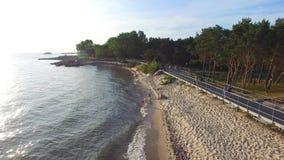 Ludzie chodzą wzdłuż morze plaży, Hel, 07 2016, Polska, POWIETRZNY materiał filmowy zbiory