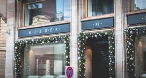 Ludzie chodzą za okno jewellery sklep w Basel zdjęcia stock