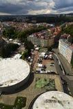 Ludzie chodzą na ulicach zdrój grodzki Karlovy Zmienia z dachem Hotelowy Termiczny w przedpolu Obrazy Stock