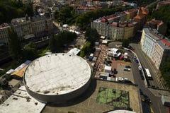 Ludzie chodzą na ulicach zdrój grodzki Karlovy Zmienia z dachem Hotelowy Termiczny w przedpolu Zdjęcia Royalty Free