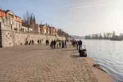 Ludzie chodzą na Vltava rive deptaka, Praga zdjęcia stock
