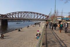Ludzie chodzą na Vltava rive deptaka, Praga zdjęcie royalty free
