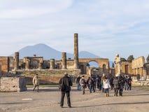 Ludzie chodzą przez ruin dziejowy miasto Pompeii Obrazy Royalty Free