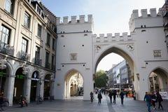 Ludzie chodzi along przez Karlstor bramy w Monachium Obraz Royalty Free