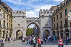 Ludzie chodzi along przez Karlstor bramy w Monachium Obraz Stock