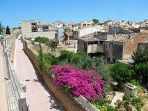 Ludzie chodzi along przy dziejową miasteczko ścianą Alcudia (Mallorc obrazy royalty free