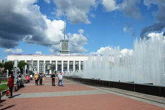 Ludzie chodzi blisko dużej fontanny w St Petersburg, pogodny su Fotografia Stock