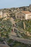 Ludzie chodzi blisko morza w palua na Sardinia islan i skał obrazy royalty free