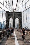 Ludzie chodzi i jeździć na rowerze w deptaku nad mostem brooklyńskim fotografia stock