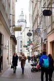 Ludzie chodzi i robi zakupy przy dziejową zakupy ulicą w centrum Salzburg Zdjęcie Royalty Free