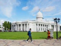 Ludzie chodzi Kolombo miasta Concil urząd miasta, Sri Lanka fotografia stock