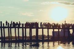Ludzie chodzi na Bridżowym U-Bein fotografia royalty free