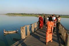 Ludzie chodzi na drewnianym moscie U Bein na rzecznym Ayeyarwad Fotografia Stock