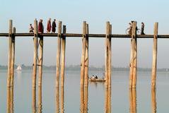 Ludzie chodzi na drewnianym moscie U Bein na rzecznym Ayeyarwad Zdjęcia Stock