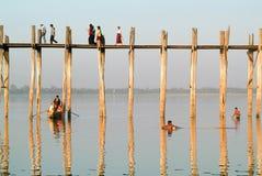 Ludzie chodzi na drewnianym moscie U Bein na rzecznym Ayeyarwad Zdjęcie Royalty Free