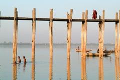 Ludzie chodzi na drewnianym moscie U Bein na rzecznym Ayeyarwad Obraz Royalty Free