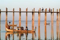 Ludzie chodzi na drewnianym moscie U Bein na rzecznym Ayeyarwad Fotografia Royalty Free