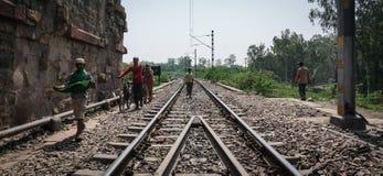 Ludzie chodzi na kolejowym śladzie w Agra, India Obraz Stock
