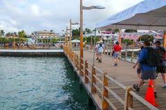 Ludzie chodzi na molu przy Puerto Ayora na Santa Cruz wyspie, Obrazy Royalty Free
