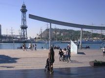 Ludzie chodzi na pogodnym ranku przy Portowym Vell ukrywają w Barcelona Zdjęcie Stock
