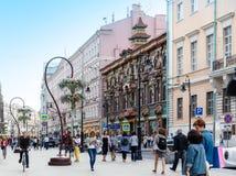 Ludzie chodzi na revovated Myasnitskaya ulicie z widokiem Obrazy Stock