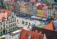 Ludzie chodzi na targowym kwadracie w Wrocławskim, Polska Zdjęcia Royalty Free