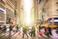Ludzie chodzi na ulicach Manhattan, Miasto Nowy Jork śródmieście - zdjęcie stock