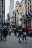 Ludzie chodzi na zachód 34th ulicie w Nowy Jork, usa, na pomniku zdjęcie stock