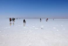 Ludzie chodzi na zamarzniętej soli w Turcja, Obrazy Stock