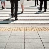 Ludzie chodzi na zebry ulicy skrzyżowaniu Obraz Royalty Free