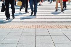 Ludzie chodzi na zebry ulicy skrzyżowaniu Fotografia Stock