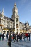 Ludzie chodzi nad Marienplatz Monachium Fotografia Royalty Free