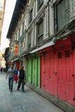 Ludzie chodzi obok kolorowych tradycyjnych budynków Kathmandu Obrazy Stock
