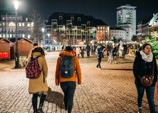 Ludzie chodzi opłakiwać w Strasburskich ludziach płaci uznanie t zdjęcia stock