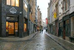 Ludzie chodzi po deszczu na wąskich ulicach z wygodnymi barami obraz royalty free