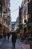 Ludzie chodzi pod sznurkami światła w Kingly ulicie, Londyn, UK Fotografia Royalty Free