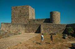 Ludzie chodzi przed ścianami i górują przy Marvao kasztelem obrazy royalty free