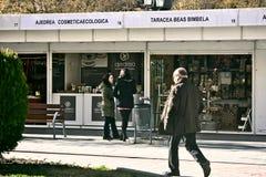 Ludzie chodzi przed Bożenarodzeniowymi booths w Granada 05 Zdjęcie Royalty Free