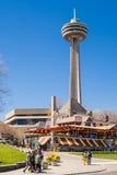 Ludzie chodzi przed Skylon wierza, Niagara Spadają Obraz Royalty Free