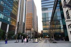 Ludzie chodzi przy dzielnicą biznesu w Tokio, Japonia zdjęcia royalty free