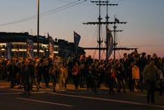 Ludzie chodzi przy nocą przez Wymieniają most Obrazy Stock