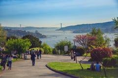 Ludzie chodzi przy Otagtepe parkiem z pięknym widokiem Bosphorus Zdjęcie Royalty Free