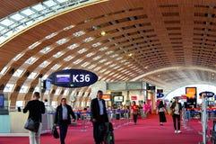 Ludzie Chodzi przy Paryskim Charles De Gaulle CDG czekania Lotniskowym holem obrazy royalty free