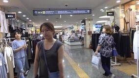 Ludzie chodzi przy Ravit zakupy centrum handlowym w Seul, Korea zbiory