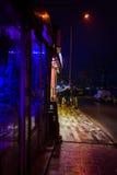 Ludzie Chodzi restauracja Przy nocą Obrazy Royalty Free