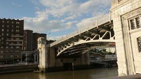 Ludzie chodzi starego kamienia most przez rzekę, przemysłowego okręgu architektura zdjęcie wideo